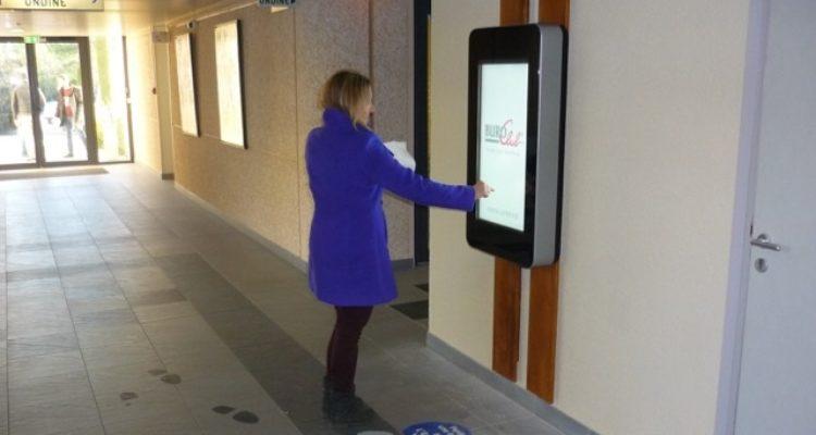 Borne d'accueil interactive en mode stand up