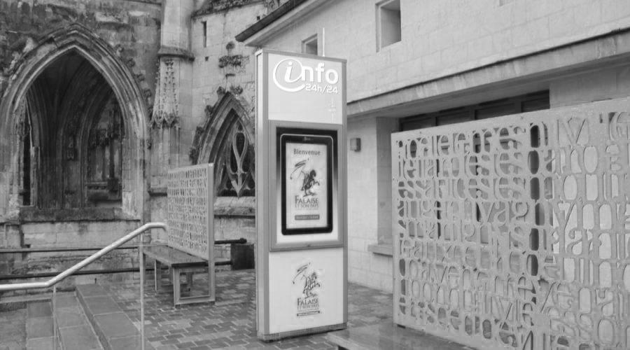 Borne digitale extérieure devant l'office de tourisme de Falaise