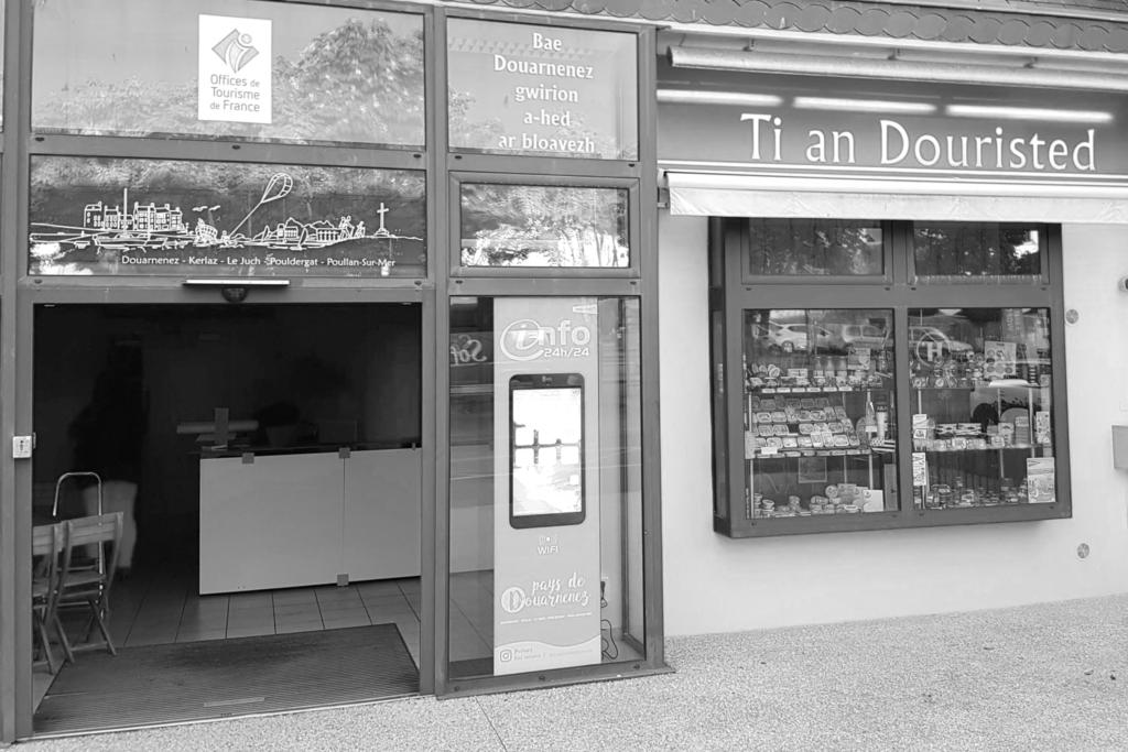Borne Vitrine à l'Office de tourisme de Douarnenez