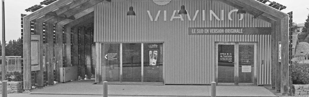 Vitre interactive à l'entrée du site de Viavino.