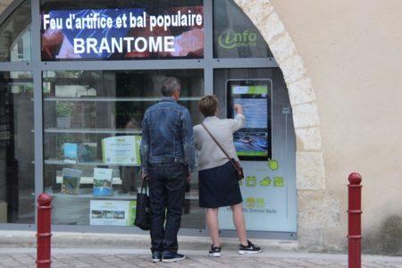 Consultation de la vitrine tactile à Brantôme