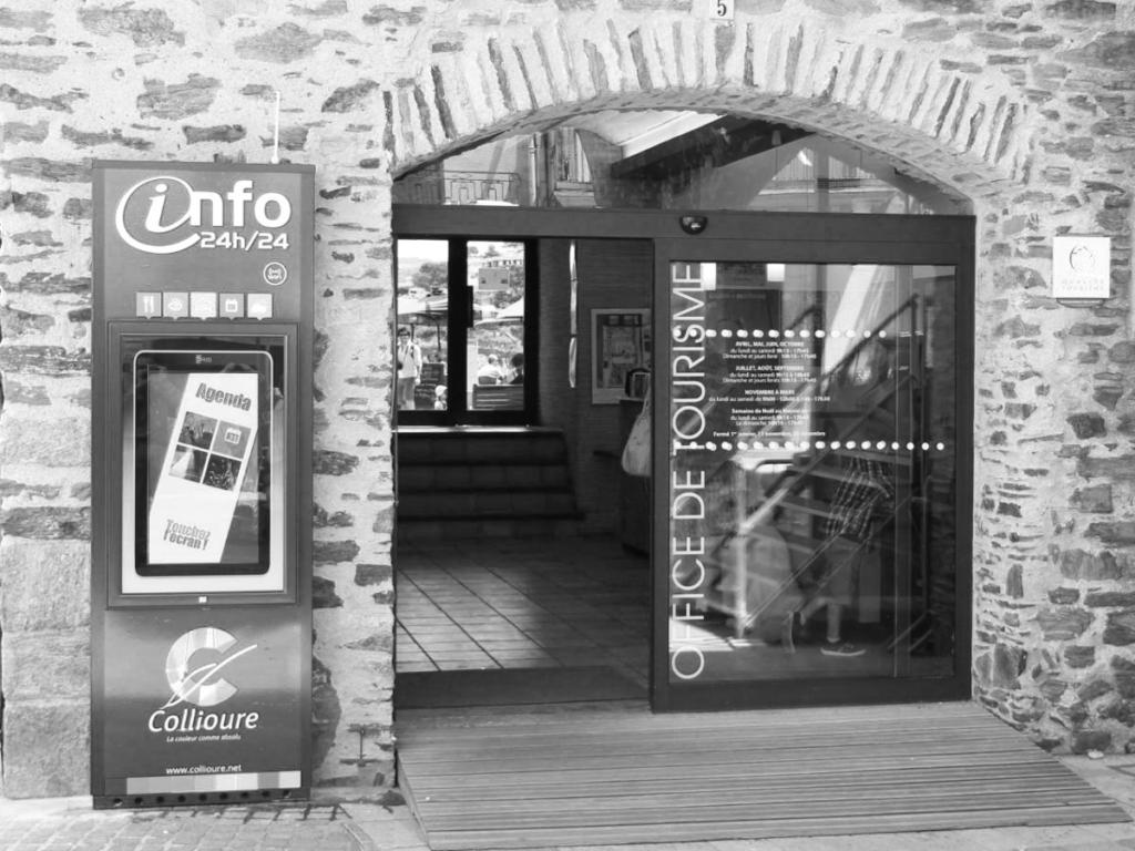 Totems dynamiques devant l'Office de Tourisme de Collioure