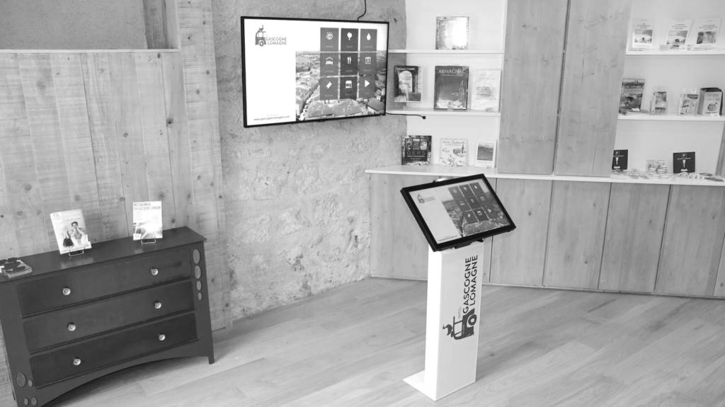 Borne d'accueil interactive sur pied avec écran dynamique et funbox à l'OT de Gascogne Lomagne