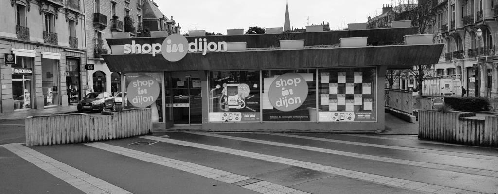 Bâtiment de Shop in Dijon avec une borne numérique en vitrine