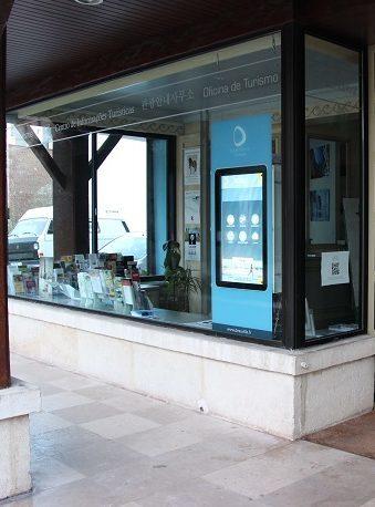Borne vitrine à l'ancien office de tourisme de Deauville