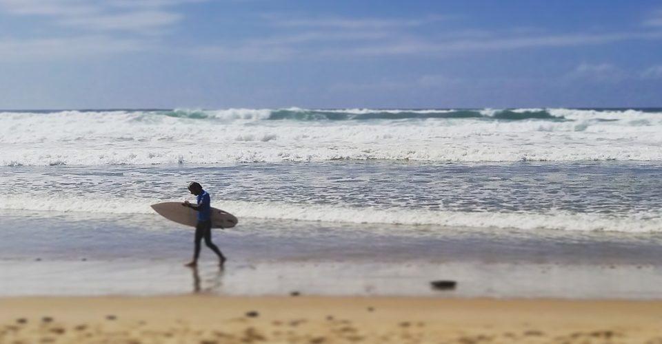 Surfeur sur la plage de Lacanau