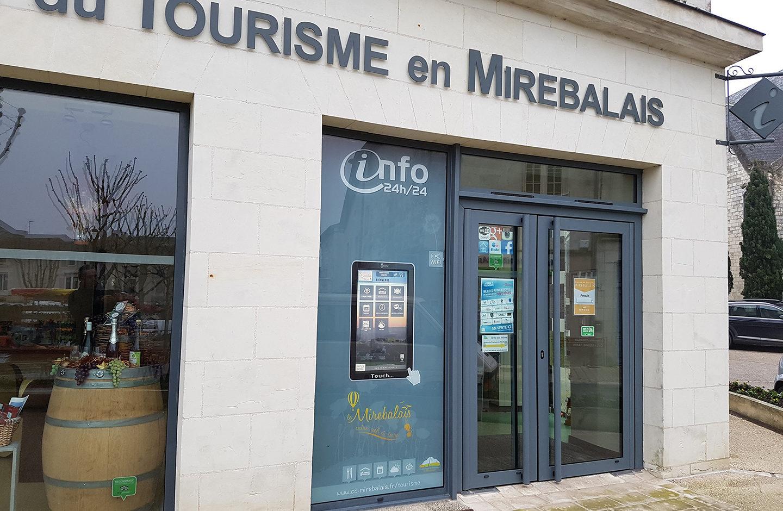 Bornes vitrines: Vitrine tactile devant l'office de Mirebeau