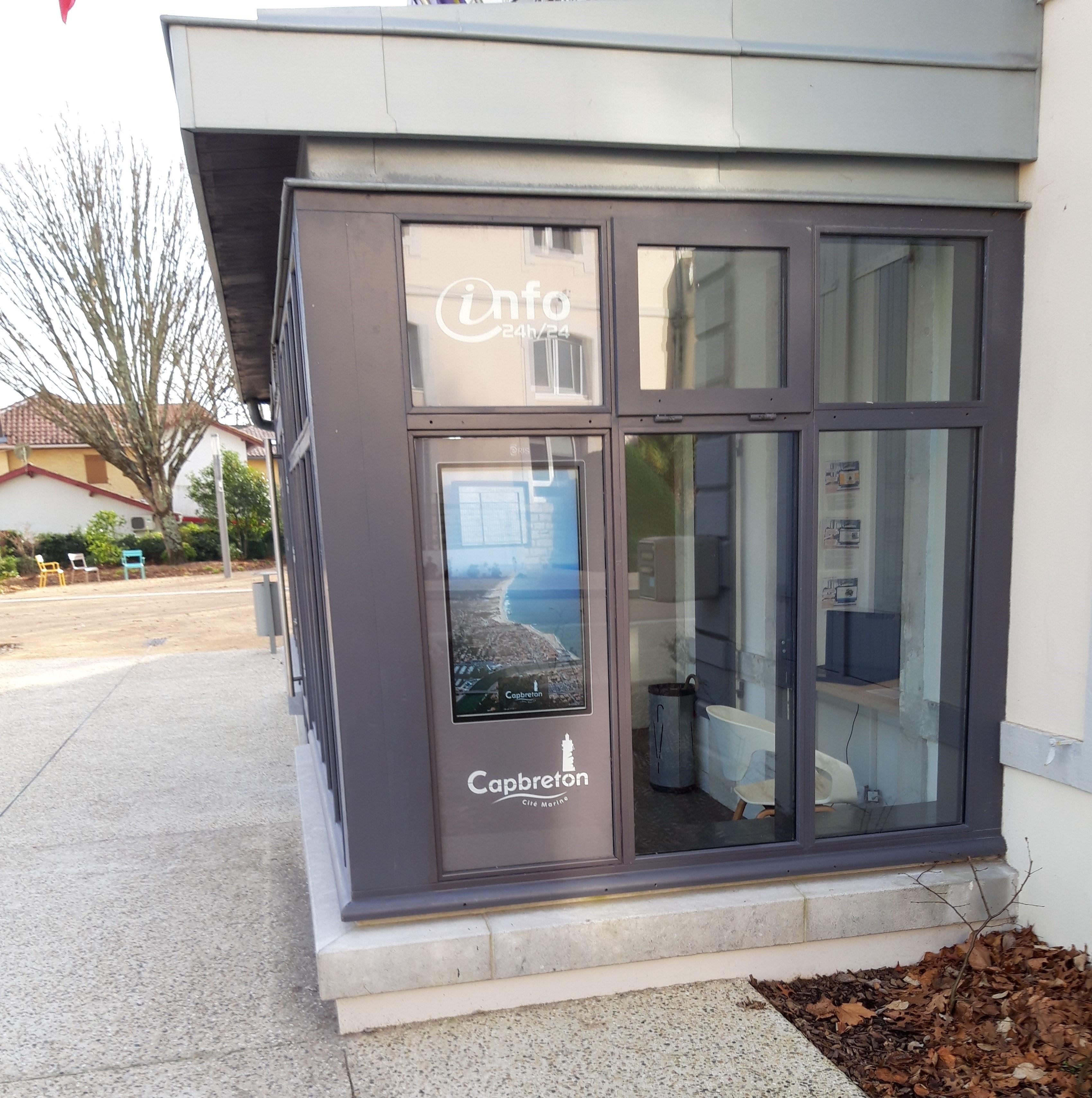 Une borne vitrine pour l'information municipale à la mairie de Capbreton