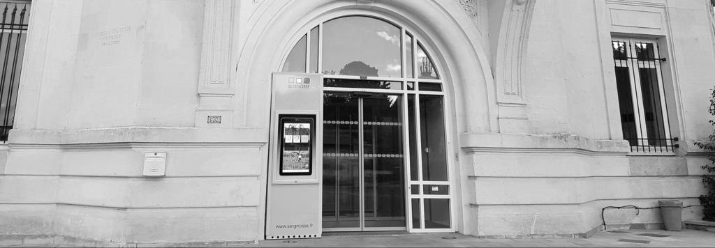 un totem digital affichage légal devant la mairie de seignosse