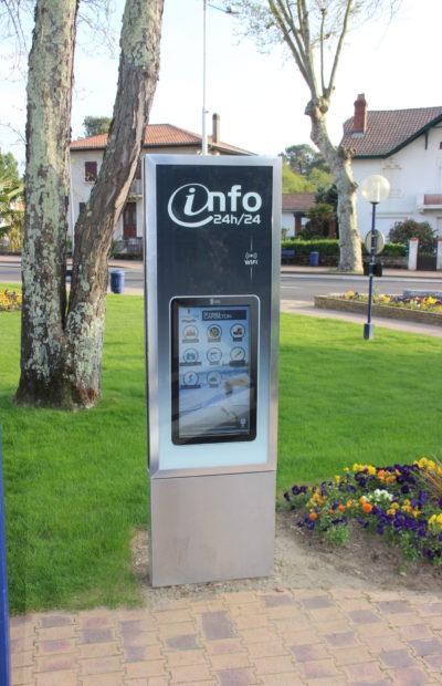 un totem interactif devant l'office de tourisme de Capbreton information municipale numérique