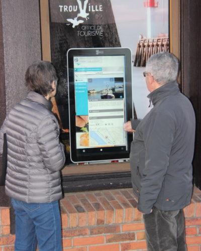 utilisation de la borne interactive de l'office de tourisme de trouville sur mer