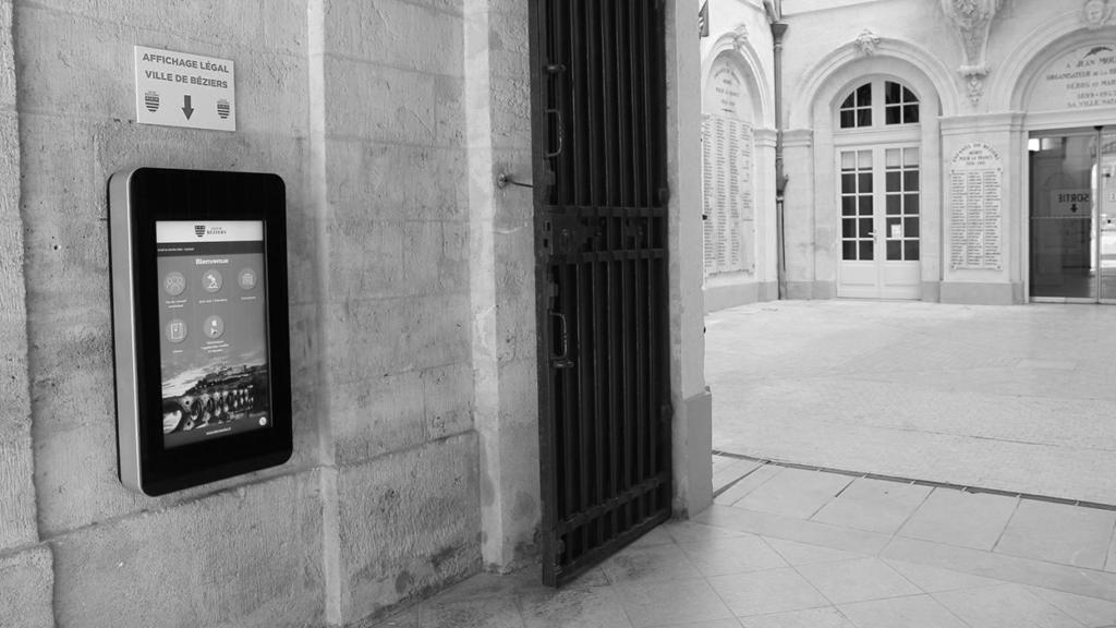 Borne interactive murale mairie béziers avantages affichage légal numérique