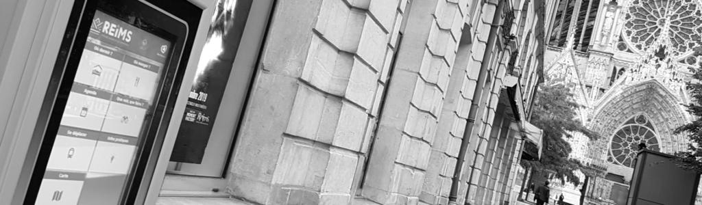 Architectes: Borne numérique de l'office de tourisme de Reims, près de la cathédrale